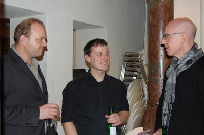 v.l.: Robert Chudyk und James Weissenböck vom film:riss-Team mit Jürgen Schindler