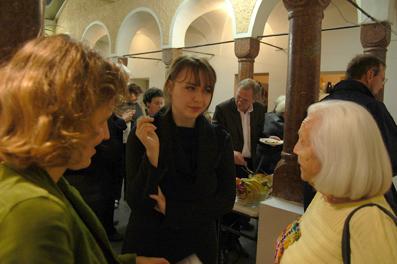 Künstlerin Iris Blauensteiner (Mitte) mit Gästen