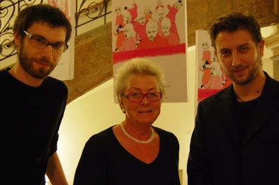 Verleihung des Förderpreises der AK Salzburg durch Barbara Wicha. Links Festivalleiter Dominik Tschütscher, rechts der Preisträger des Förderpreises, Sinisa Vidovic