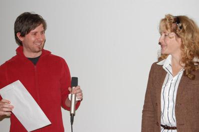 In Vertretung von Michael Rittmansberger nimmt Andreas Draxer von Gabriele Neudecker den spec_script Award 08 entgegen.